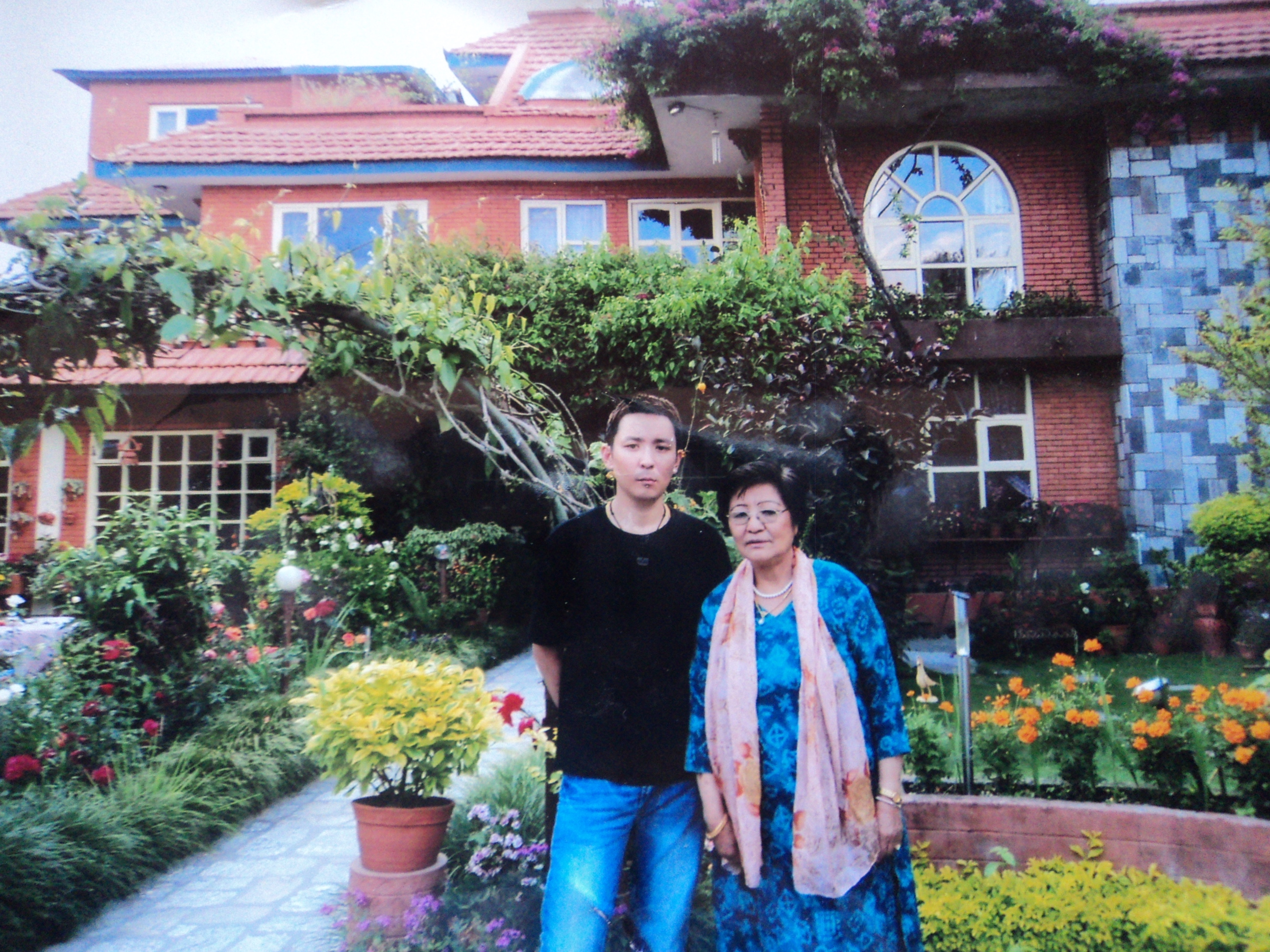 Doma mit Jigmi im Garten ihres Hauses in Kathmandu